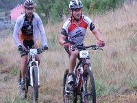 dos hombres equipados montando en mountain biki