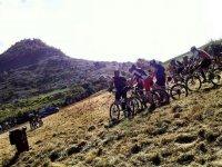 grupo de chicos montando en mountain bike