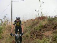 hombre con casco montando en bici por un paraje natural