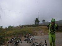hombre de verde al lado de bicis en el suelo