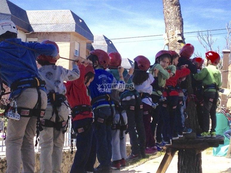Excursión de niños a circuito multiaventura