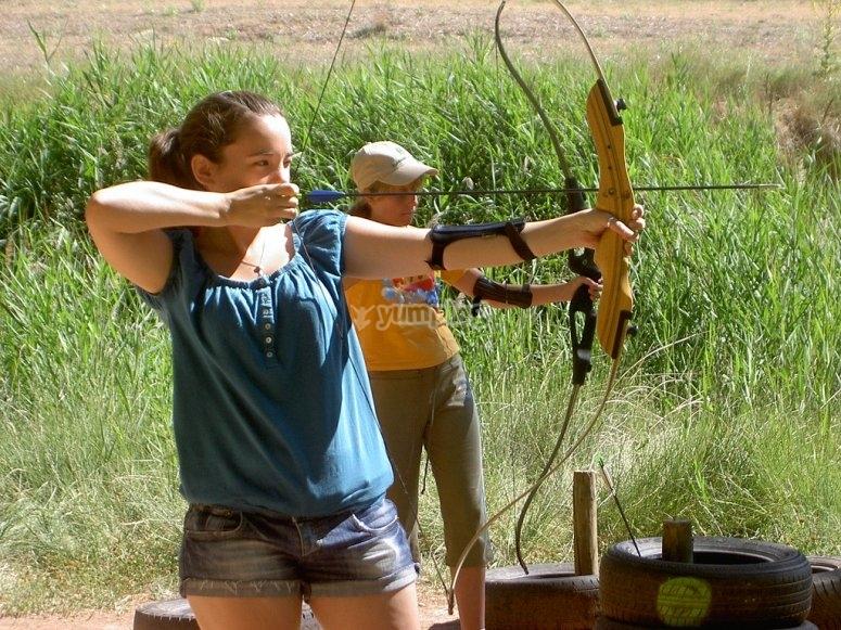 Puntando con un arco e una freccia