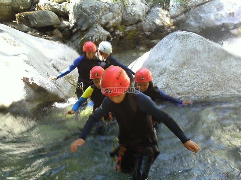 Familia cruzando el arroyo