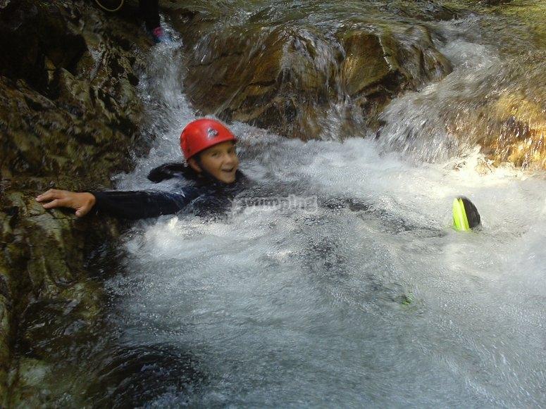Bajando por el agua protegido