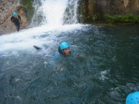 Nadando en el barranco con casco azul