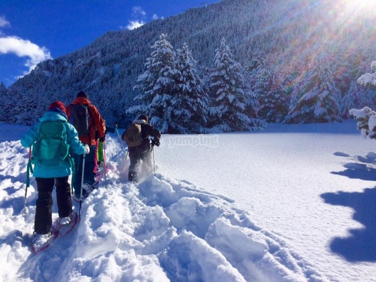 Ascendiendo por la nieve con bastones
