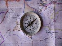 brujula encima de un mapa