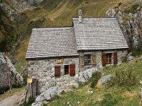 cabana de piedra en medio de la naturaleza