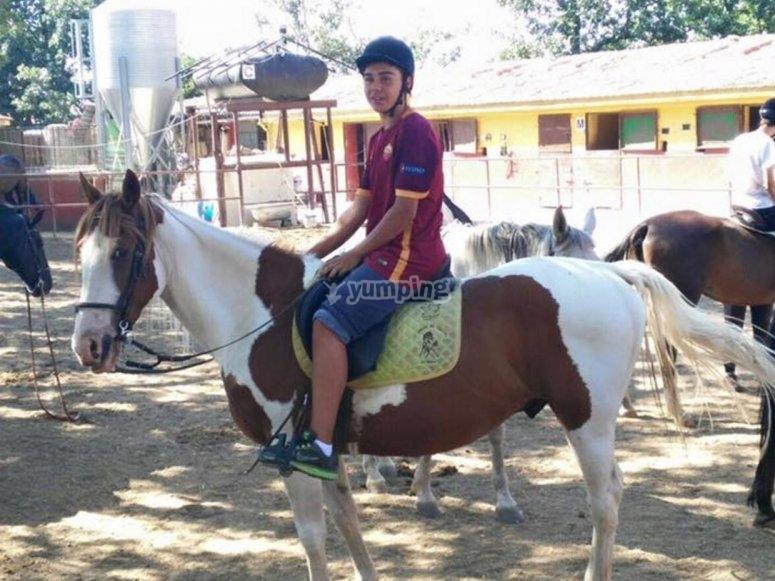 Montando a caballo en nuestras instalaciones