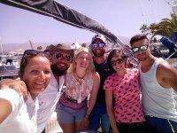 Visitantes en el puerto con gafas de sol