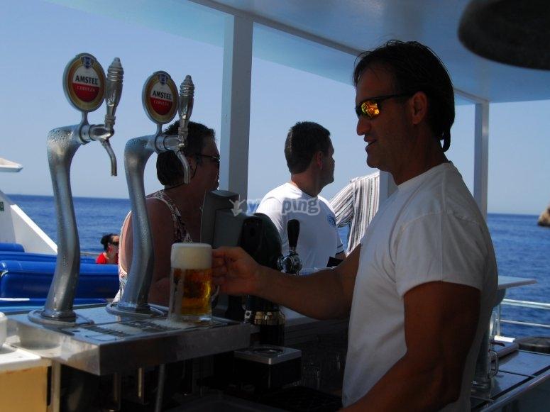 Bar con cerveza en el barco