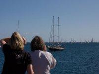 乐趣帆船赛船从海滩上了船