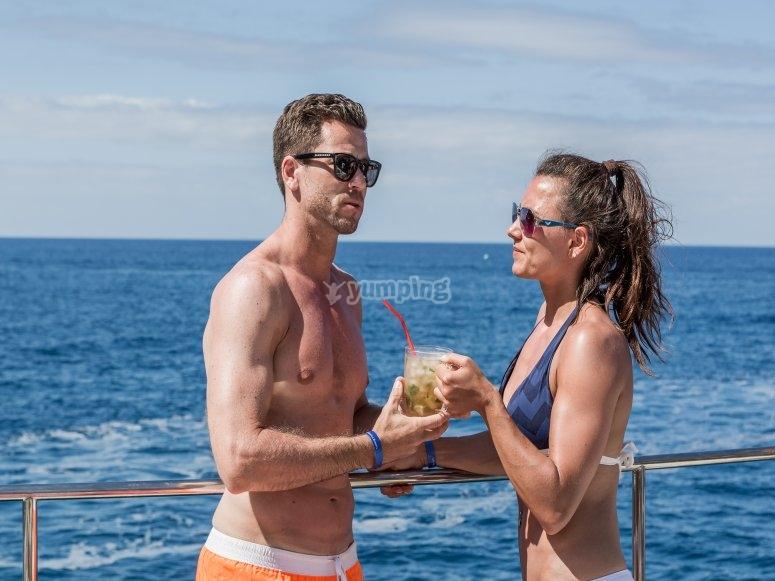 Tomando un cóctel en el barco
