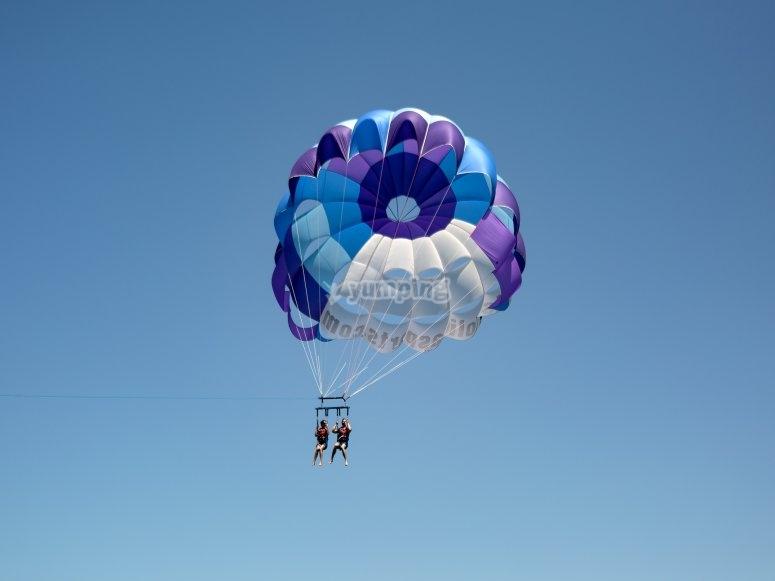 Opción de practicar parasailing