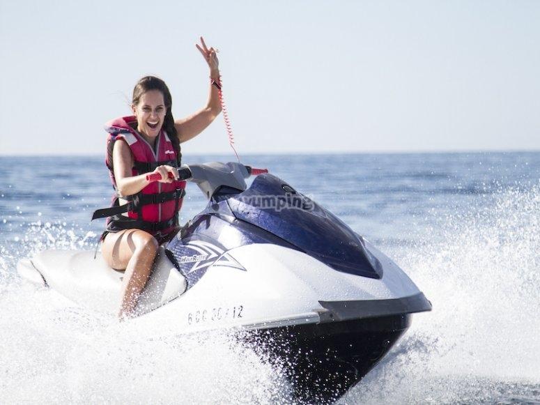 Con la moto de agua cerca del catamarán