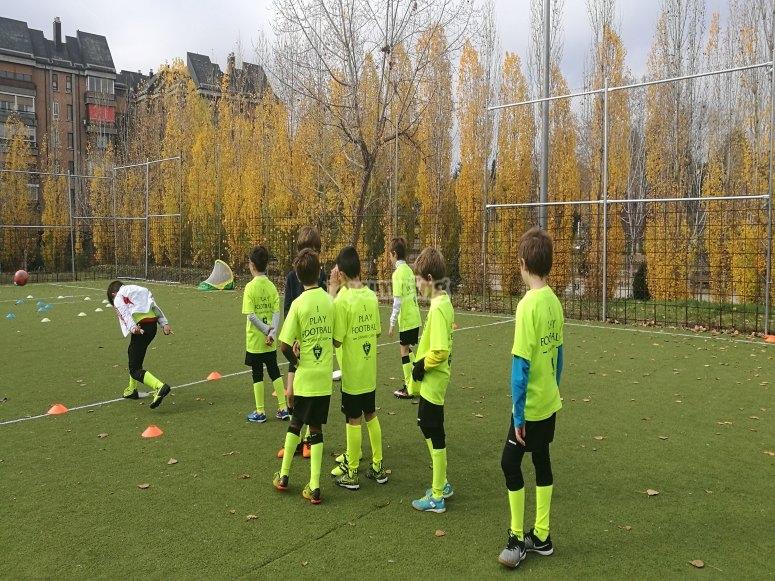 Equipo de chicos practicando