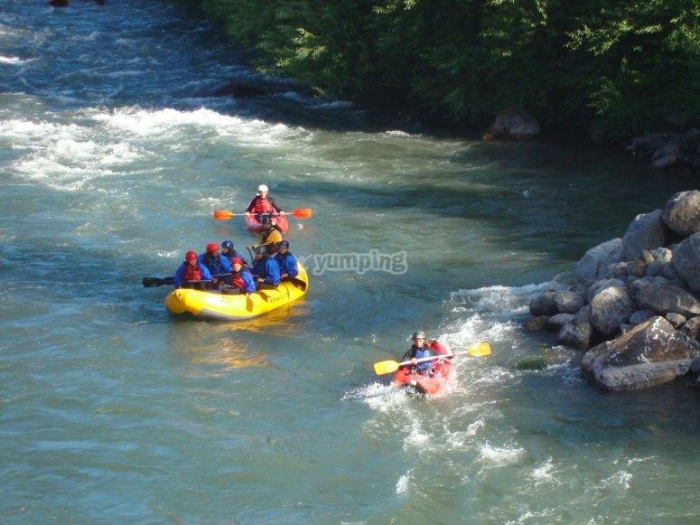 Realizando rafting en equipo