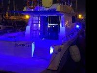 Embarcación iluminada de noche