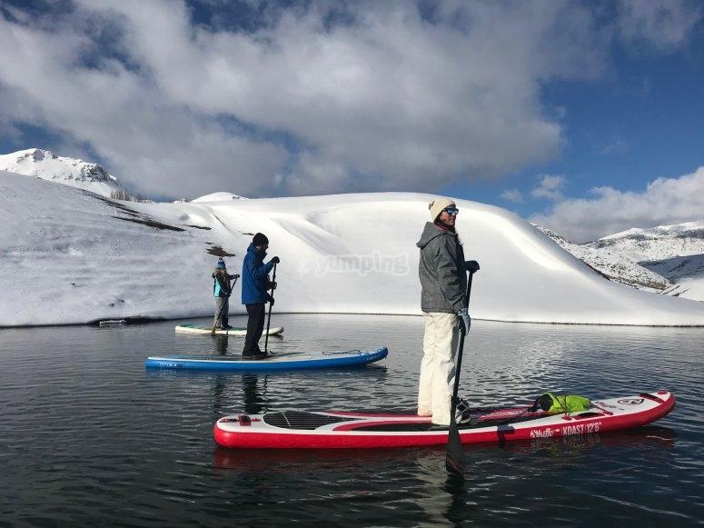 桨冲浪指导的雪峰游览