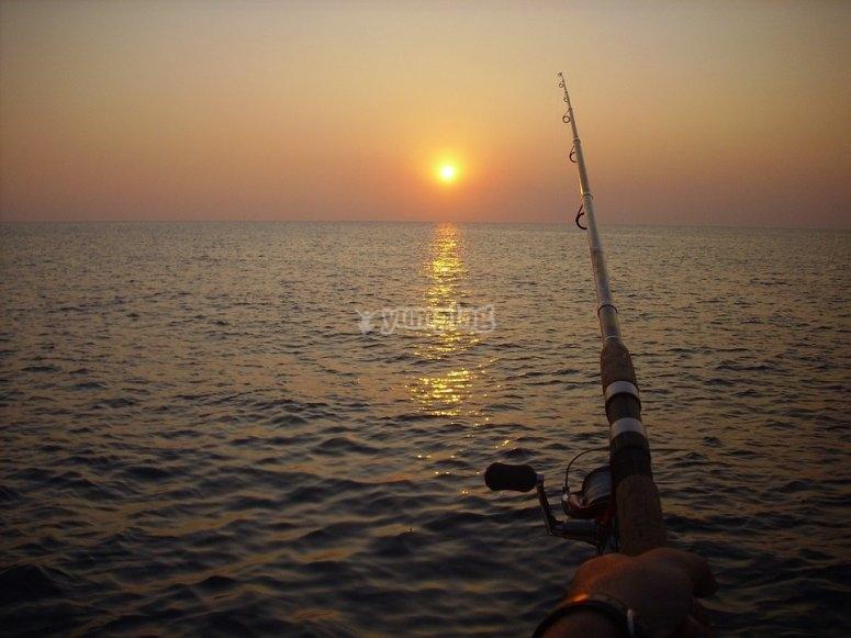 Pescando mientras contemplas el atardecer