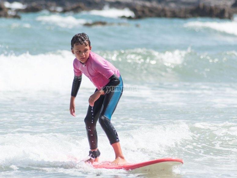 Nino surfeando