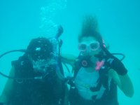 Monitor con alumna en el agua