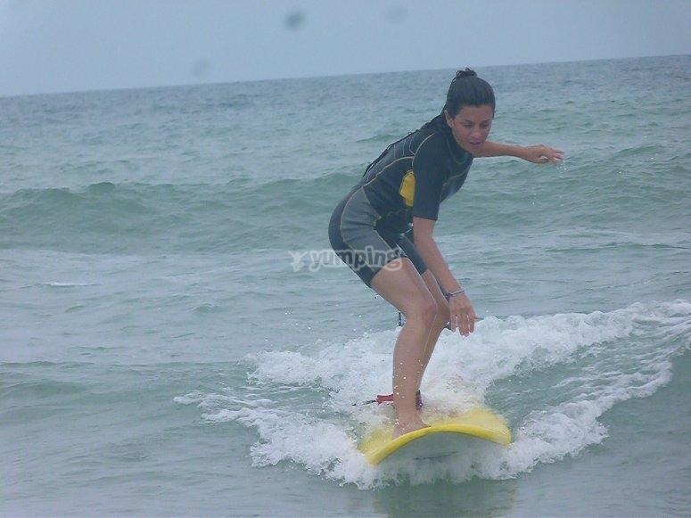 Surfeando una ola en la playa El Palmar
