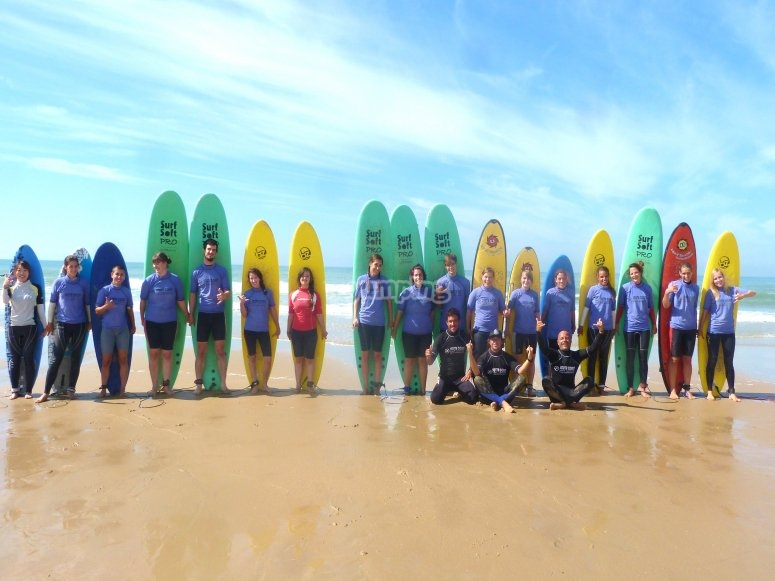 Grupo de surferos con el monitor