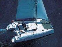 双体帆船在海上航行
