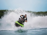 加快自行车在水中转向喷气滑雪自行车上卸下他的背心