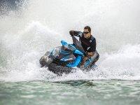 Girando en moto acuatica