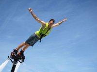 Lanzandose al mar con tabla de flyboard