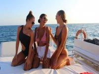 在船上享受阳光的朋友
