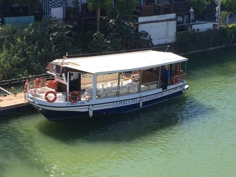 Barco para navegar en el rio