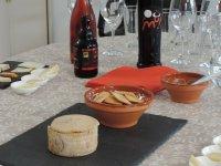 Todo preparado para la cata de vinos y queso