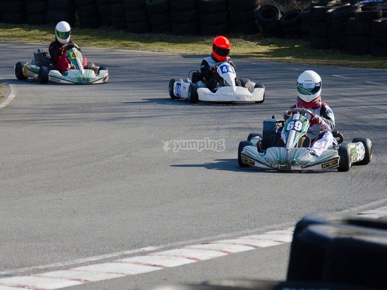 Pilotando karts con cascos