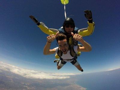 Hacer paracaidismo en la costa de Azahar