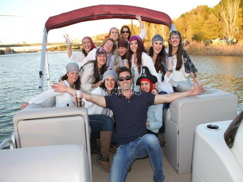 Amigas celebrando una fiesta en el rio