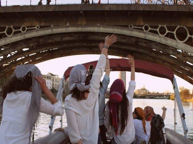 Amigas celebrando una fiesta en el barco