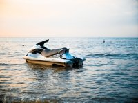 摩托艇的日落
