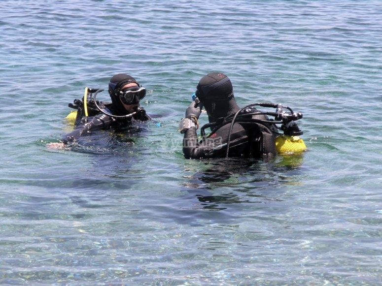 En el agua con el instructor