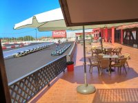 Terraza del bar junto a la pista de karting