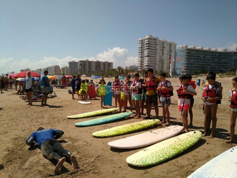 Aprendiendo la postura para paddle surf