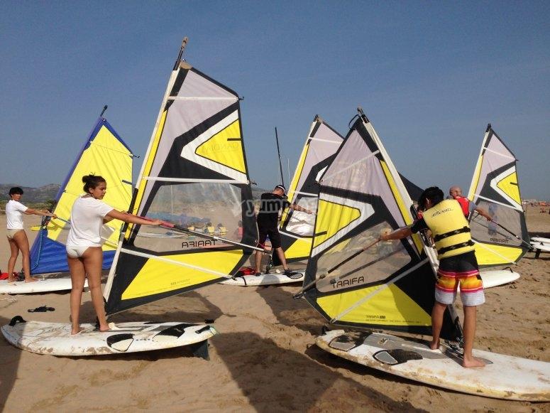 Practicando en la arena antes de ir al agua