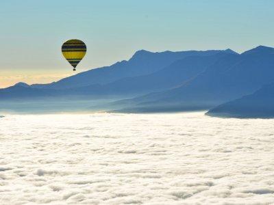 孩子们在巴塞罗那的气球飞行