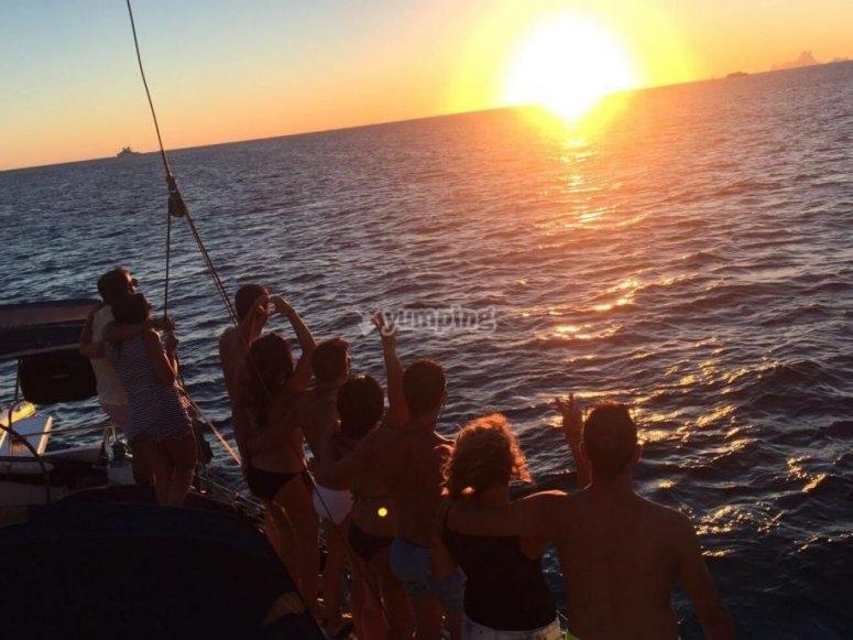 Contemplando el atardecer desde el barco