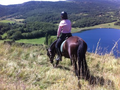 1-hour horse riding trip around lake of Montcortés