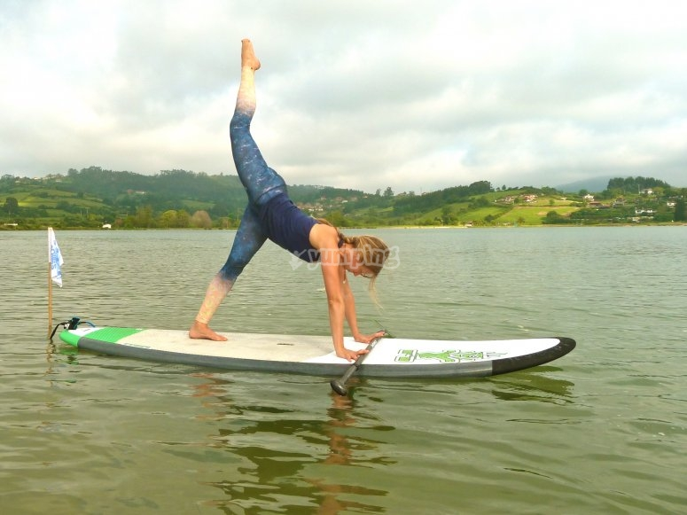 Yoga sobre la tabla de paddle