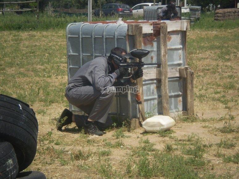 Escondido para no recibir disparos