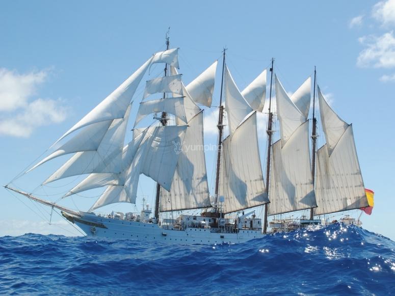 Viendo Elcano navegando desde el velero